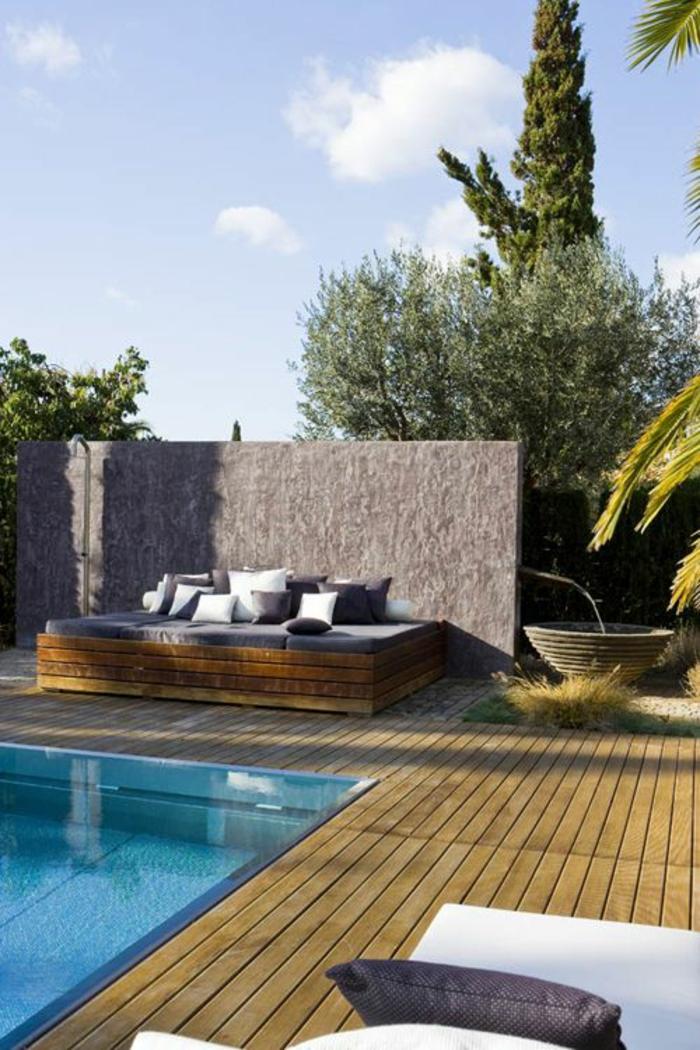 salon de jardin en bois qui s'accorde avec la plage de piscine bois composite