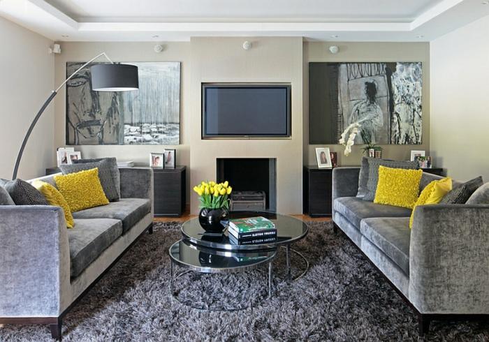 salon gris et jaune, tapis moelleux, tables gigognes, lampe arc et sofa gris