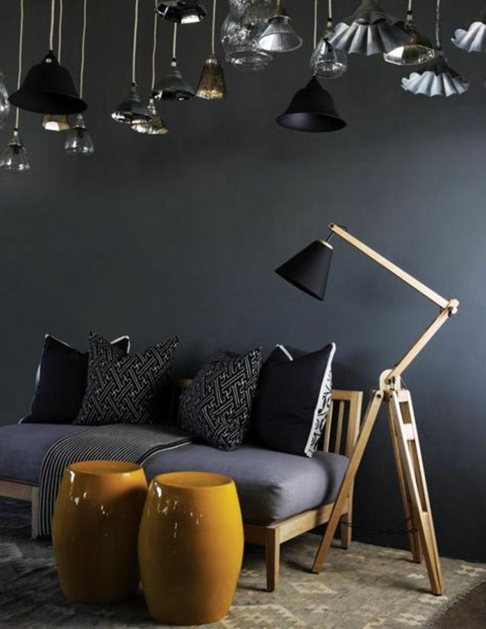 salon gris et jaune, tabourets jaunes, sofa original en bois et coussins gris, lampe de sol