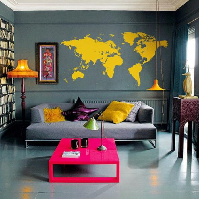 salon gris et jaune, table rectangulaire et sticker mural jaune avec les continents
