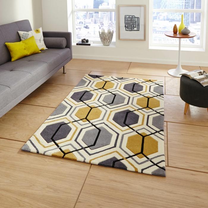 salon gris et jaune, tapis géométrique en gris, jaune et blanc, sofa gris et tabouret noir