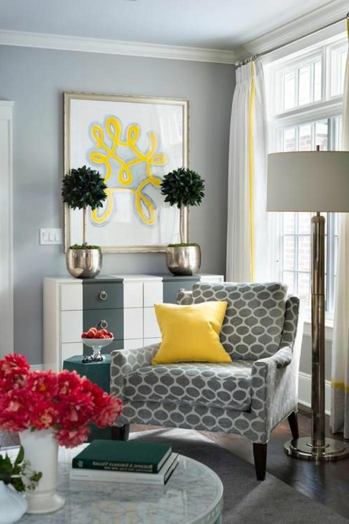 salon gris jaune, fauteuil à pattern géométrique, bouquet rouge, coussin jaune, buffet avec tiroirs