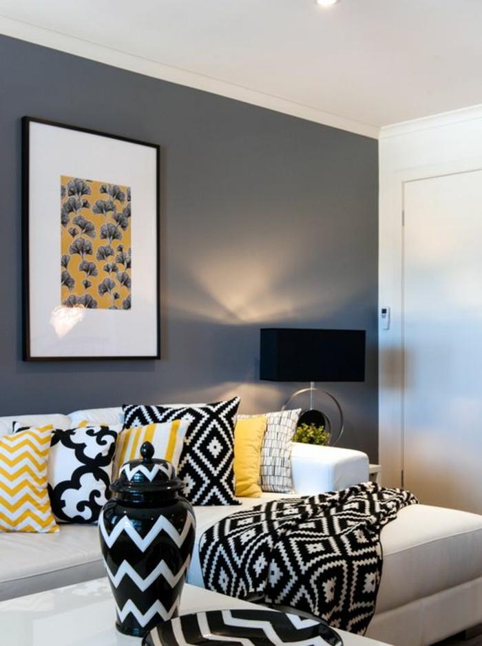 salon gris jaune, plusieurs coussins géométriques, peinture murale grise