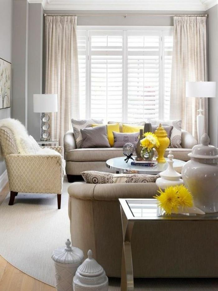 salon gris jaune, fleurs fraîches, coussins gris et jaunes, rideaux beiges