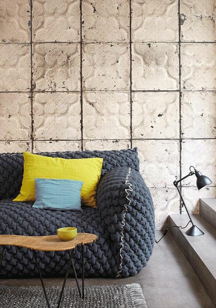 salon gris jaune, grand canapé original, lampe noir et revêtement original