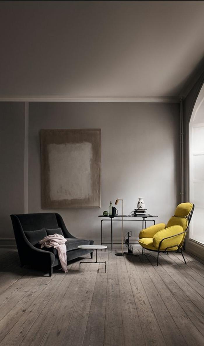 salon gris jaune, intérieur gris, sofa noir, fauteuil jaune, bureau de travail