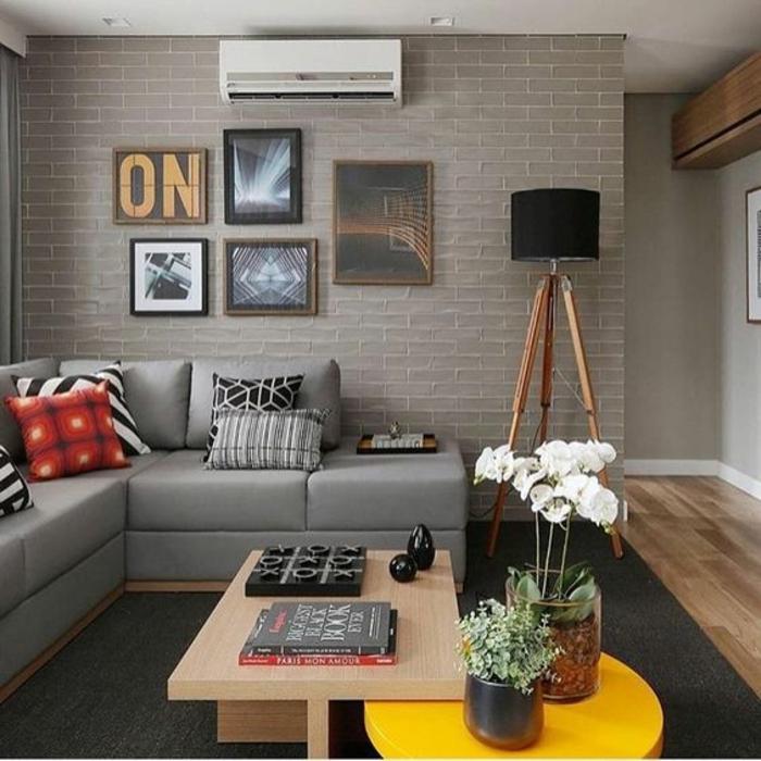 salon gris jaune, table en bois rectangulaire, lampadaire tripode, canapé d'angle