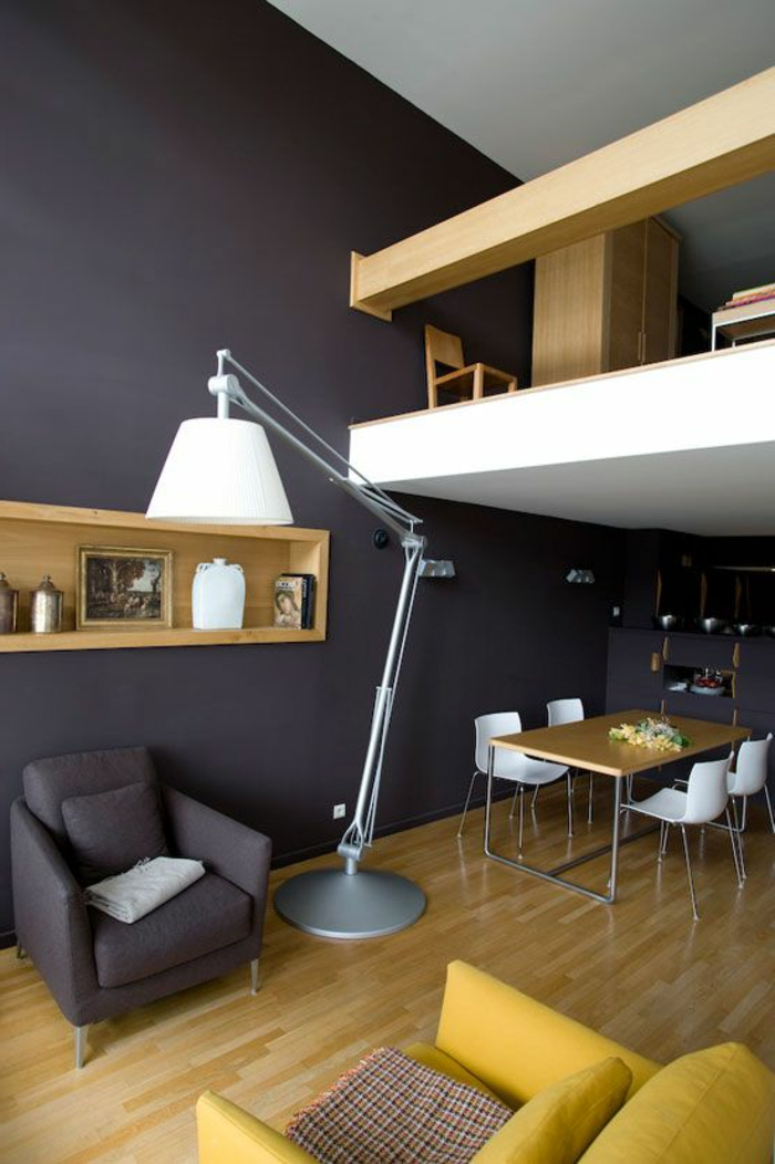 salon gris jaune, étagère murale intégrée, table à manger, mezzanine, grand lampadaire