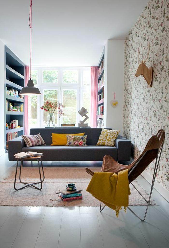salon jaune et gris, bibliothèque intégrée, sofa moderne, lampe suspendue grise