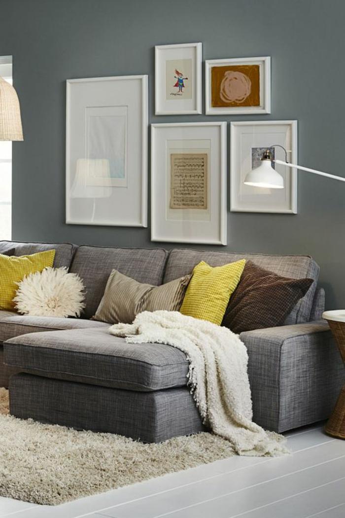 salon jaune et gris, canapé modulable, mur gris, lampe de som blanche