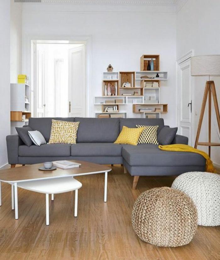 salon jaune et gris, tables de salon, lampadaire tripode, coussins jaunes, étagère bibliothèque