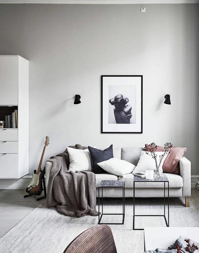 salon minimaliste, sofa blanc et deux tables bassesn ambiance en gris clair