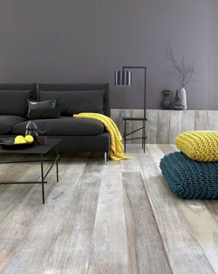 salon minimaliste, poufs tricotés, sofa noir, table basse noire, mur gris sombre