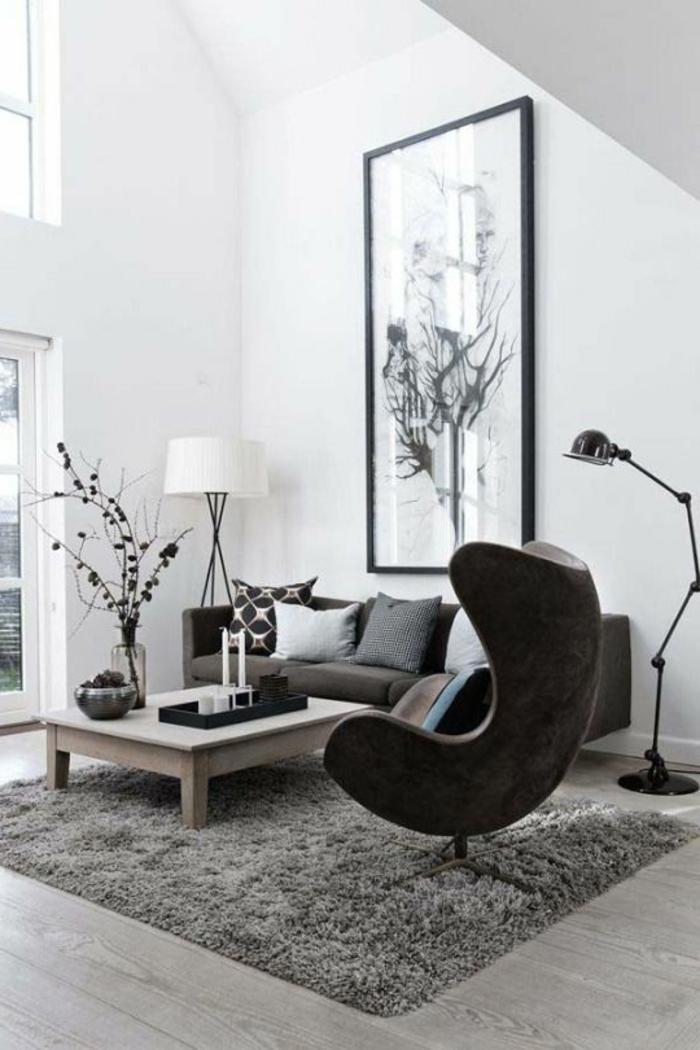 salon minimaliste, table en bois, chaise oeuf, grande peinture monochrome