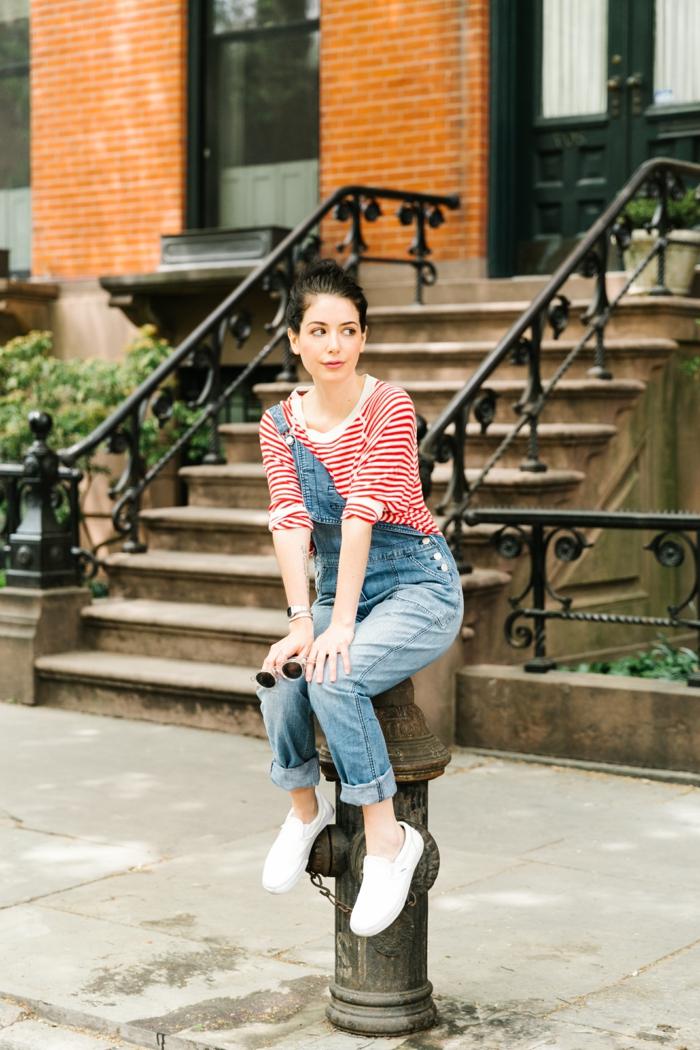 tenue salopette, blouse rayée à blanc et rouge, baskets blancs, lunettes de soleil, lèvres rose