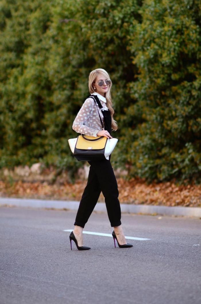 tenue salopette, femme blonde, chaussures noires, sac à main blanc et noir