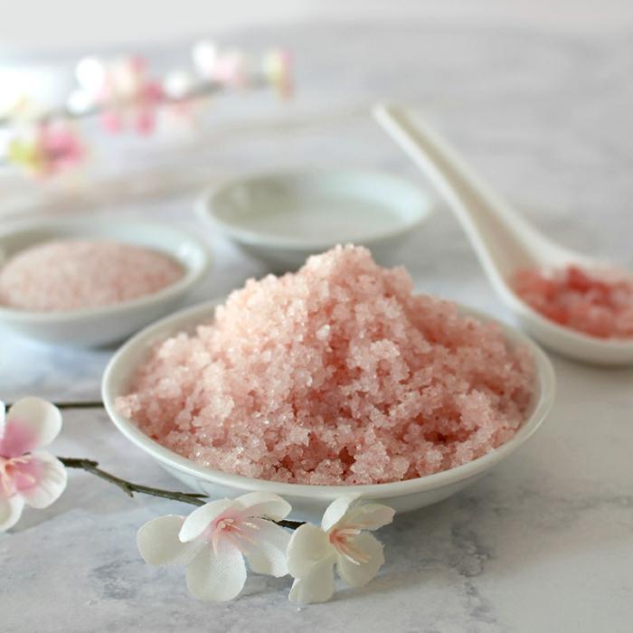 recette de gommage maison pour une peau douce et tonifiée, gommage pour corps au sel rose, noix de coco et huile de rose