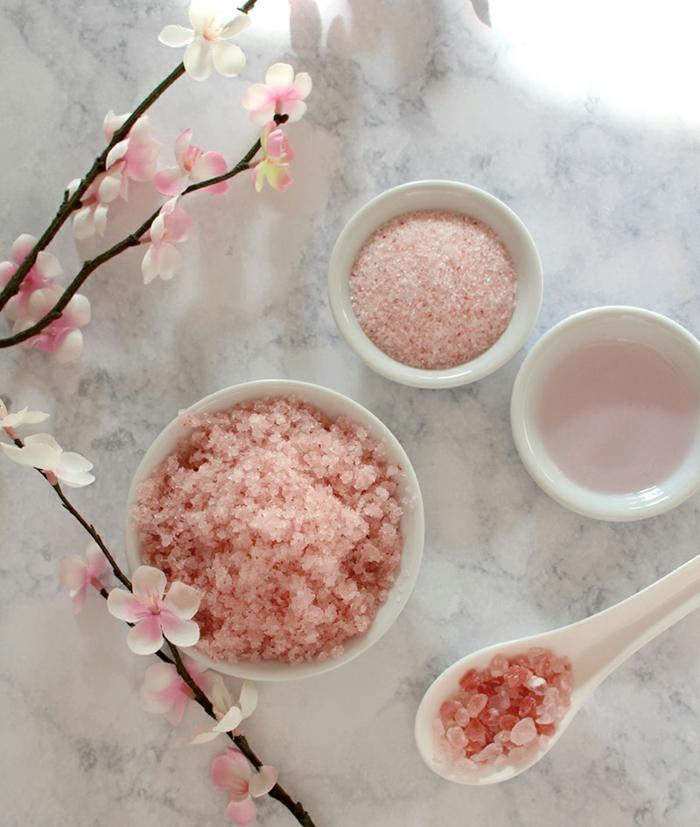 gommage pour corps au sel rose, noix de coco et huile essentielle de rose, recette de gommage maison tonifiante
