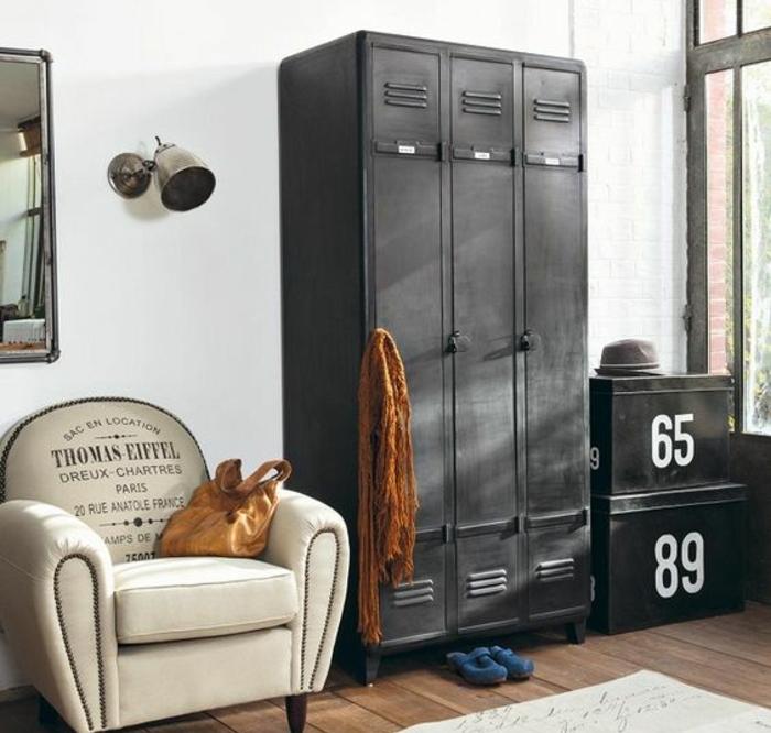 relooker armoire ancienne, casier, repeint en gris anthracite, coffre métallique, fauteil, parquet marron, mur couleur blanche