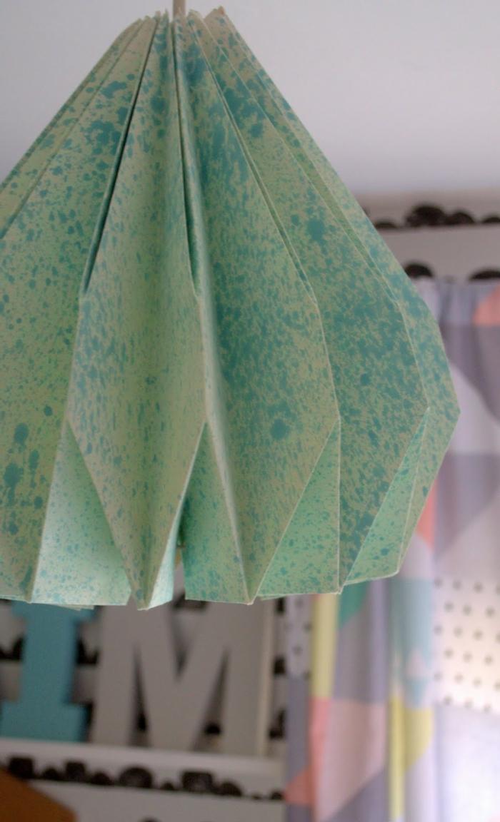 luminaire origami, abat-jour en papier en vert et bleu, décoration diy pour la chambre d'enfant