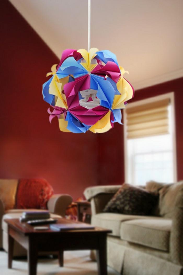 luminaire fait maison, murs rouges, plafond blanc, lampe origami en papier multicolore