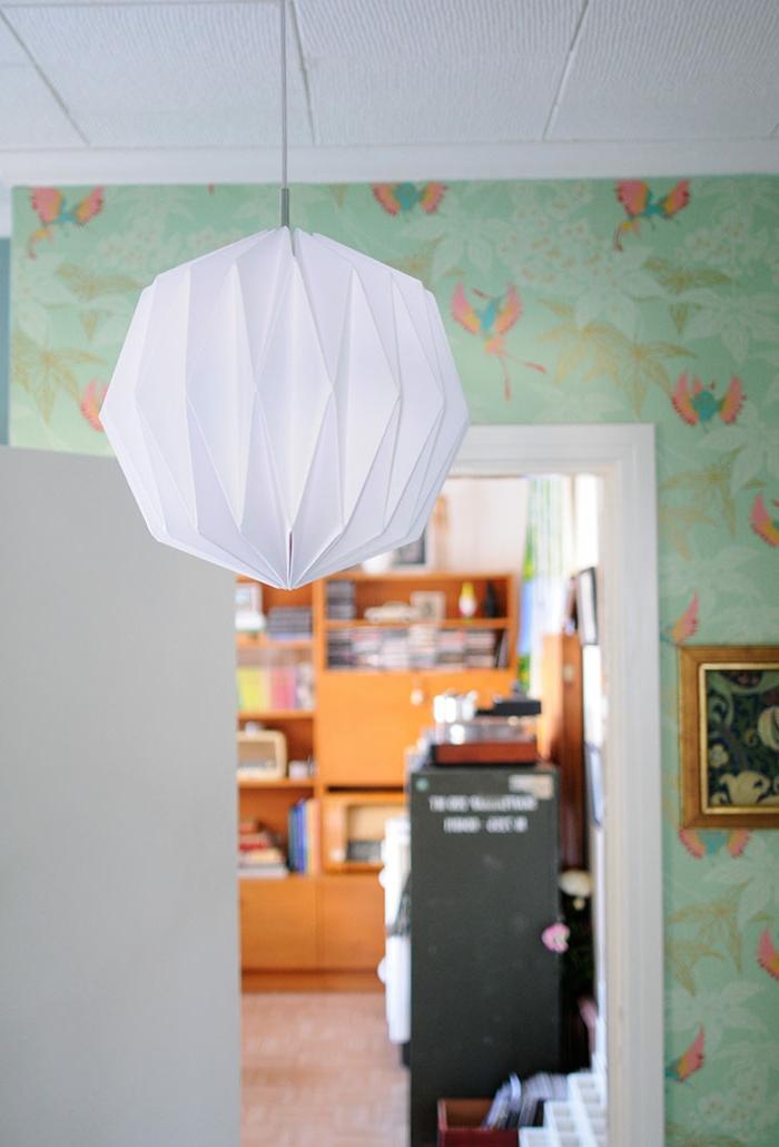 luminaire origami, papier peint vert, décoration diy pour le salon, lampe en papier