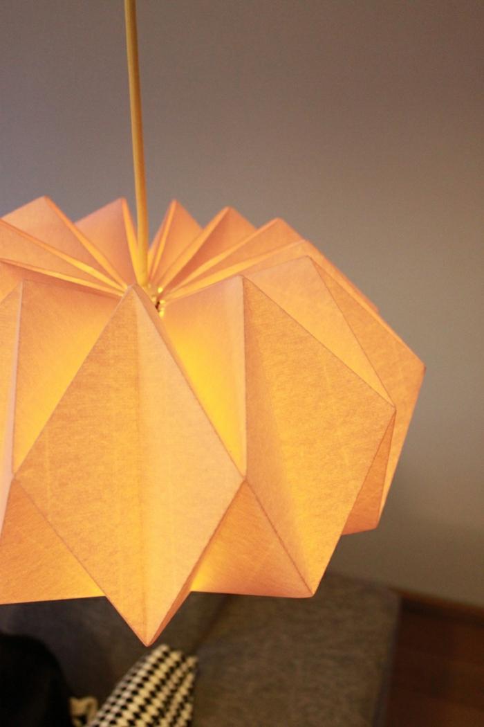lampe en papier jaune, décoratio diy salon, luminaire origami, lumière jaune
