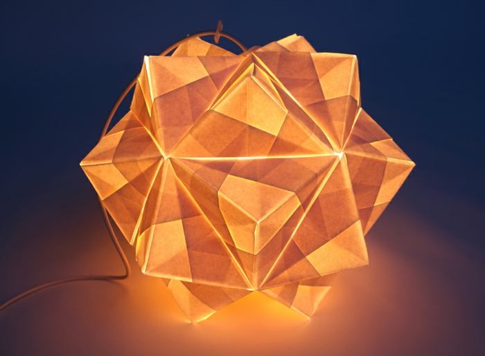 luminaire origami en papier, corde électrique, luminaire fait maison, lumière jaune