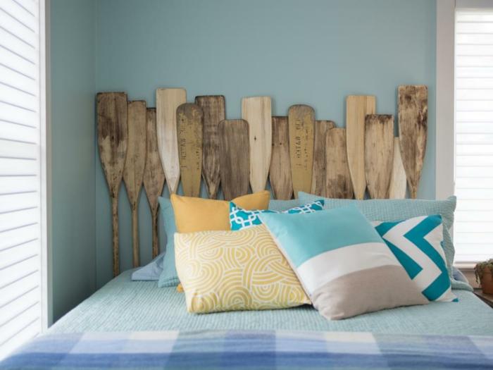 comment fabriquer une tête de lit en rames, diu facile, idee creation deco, coussins multicolores, mur couleur bleue, linge de lit bleu