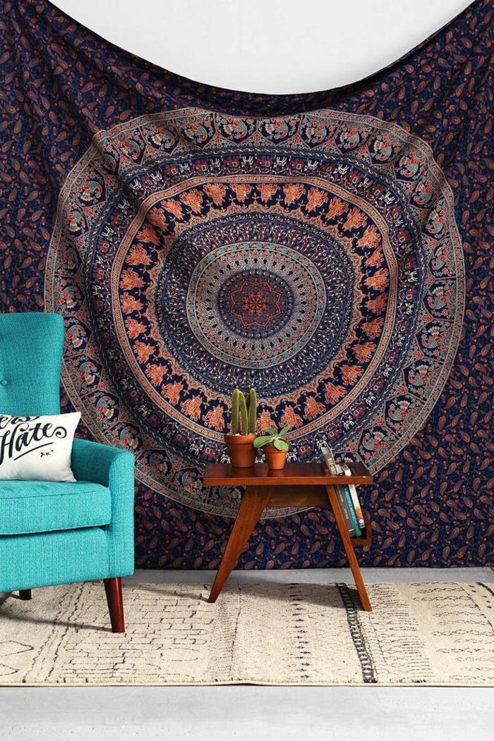 chambre hippie, fauteuil turquoise, table en bois, tapis beige, teinture murale