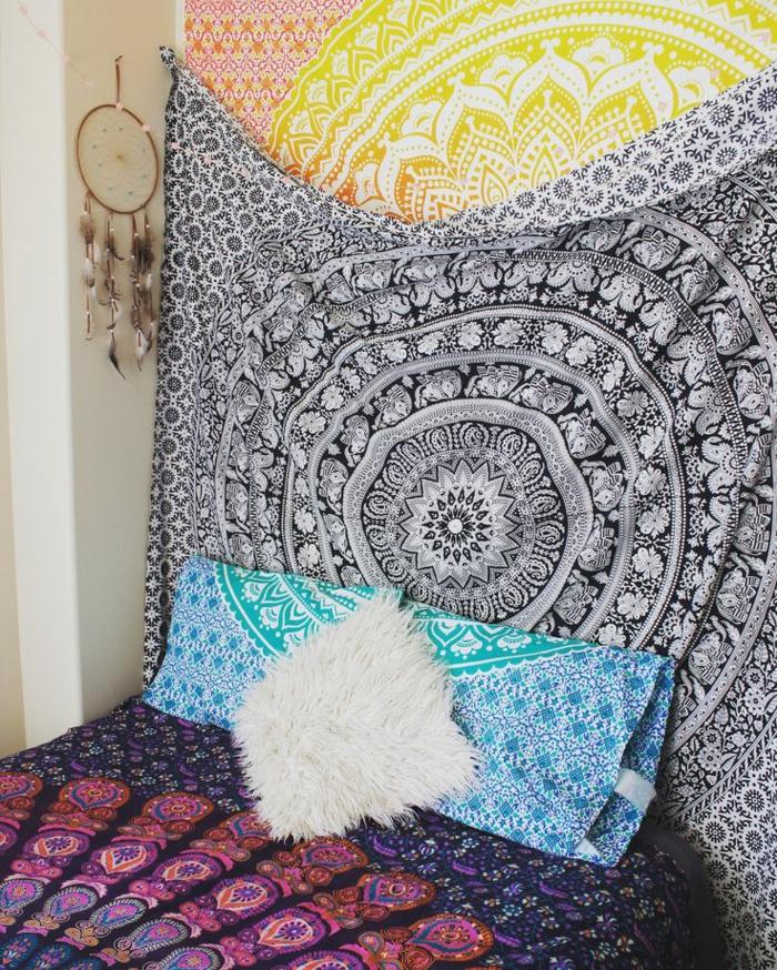 chambre hippie, coussin en fausse fourrure, attrape-rêve, tapis indien