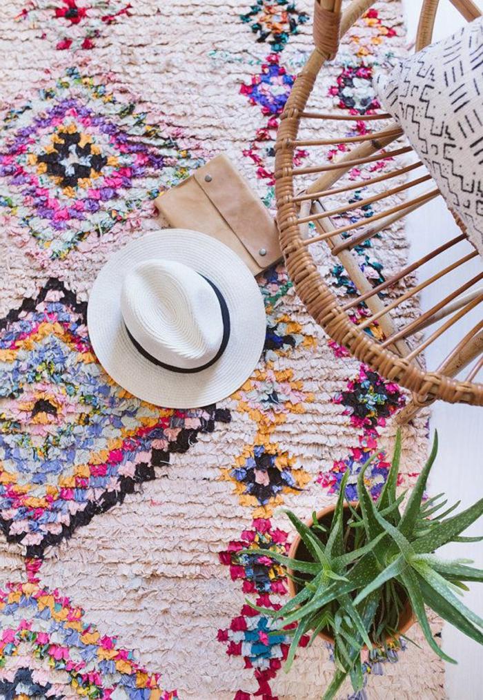 deco hippie, tapis multicolore, plante verte, chaise en rotin