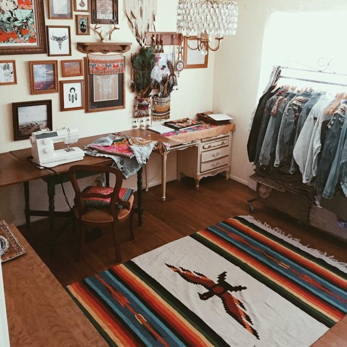decoration boheme, tapis multicolore, parquet en bois foncé, cadres photos en bois