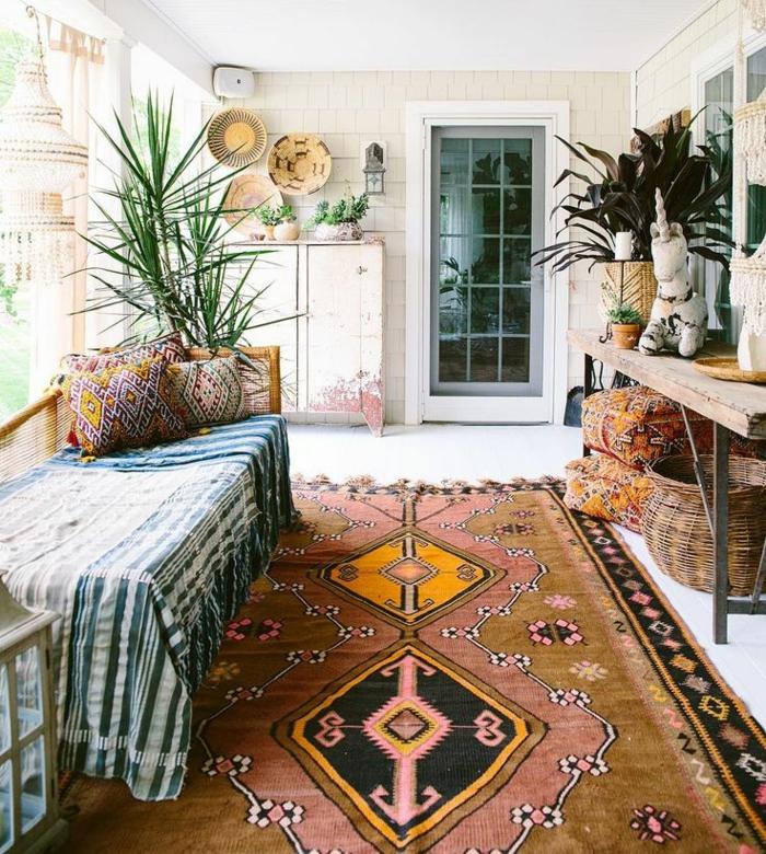 chambre hippie, tapis ethnique, plantes vertes, plafond blanc, grande fenêtre, panier en paille