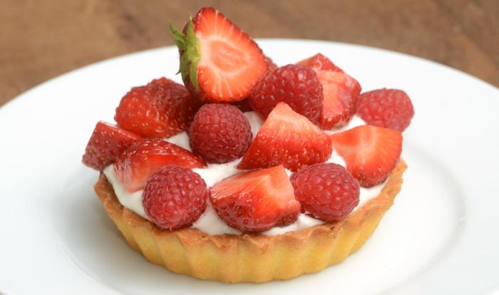 recette de paques, tartalette aux fraises et framboises pour votre menu de paques, avec des fruits de saison