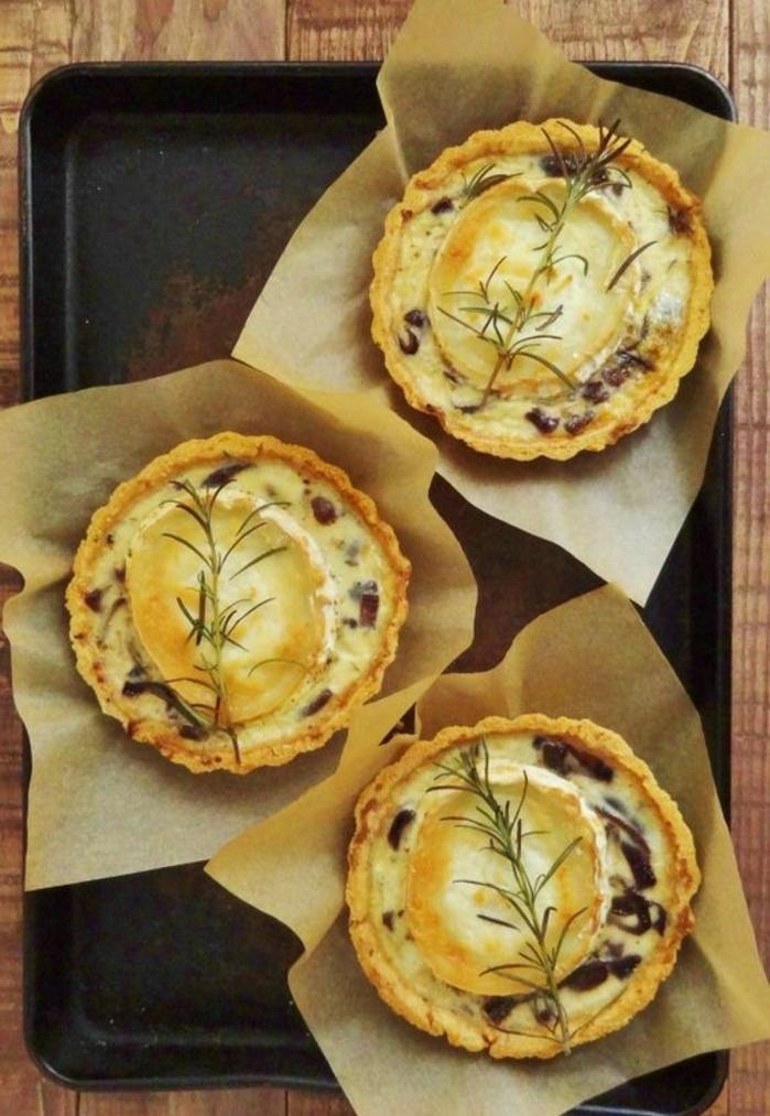 recette de tartalettes salées aux oignons caramélisées et fromage de chèvre, entree de paques pour un menu pascal