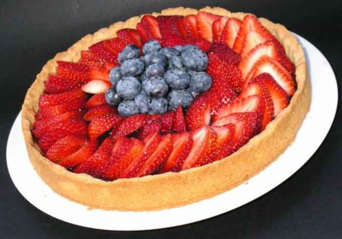 tarte aux fraises et myrtilles, gateau paques classique pour profiter des fruits de saison, menu de paques
