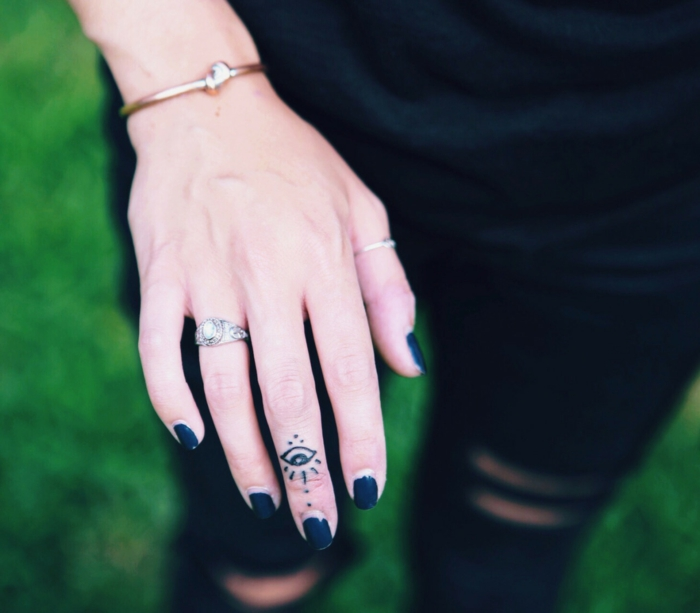 symbole mystique et largement exploité, tatouage sur le doigt minimaliste et subtil