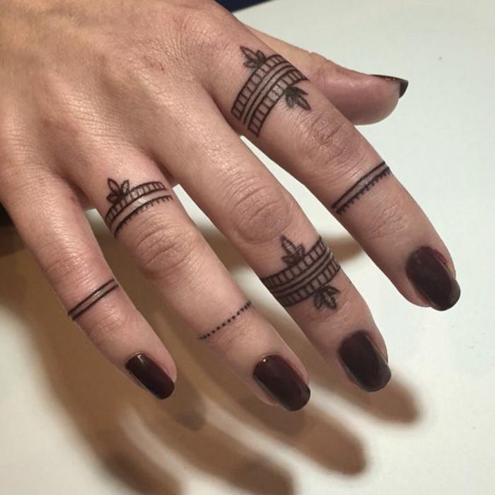 joli tatouage sur la main, motif oriental et féminin, tatouage mandala
