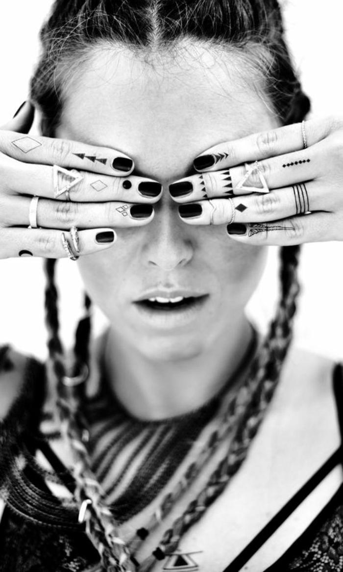 tatouage phalange éphémère à motifs géométriques pour un look bohème chic