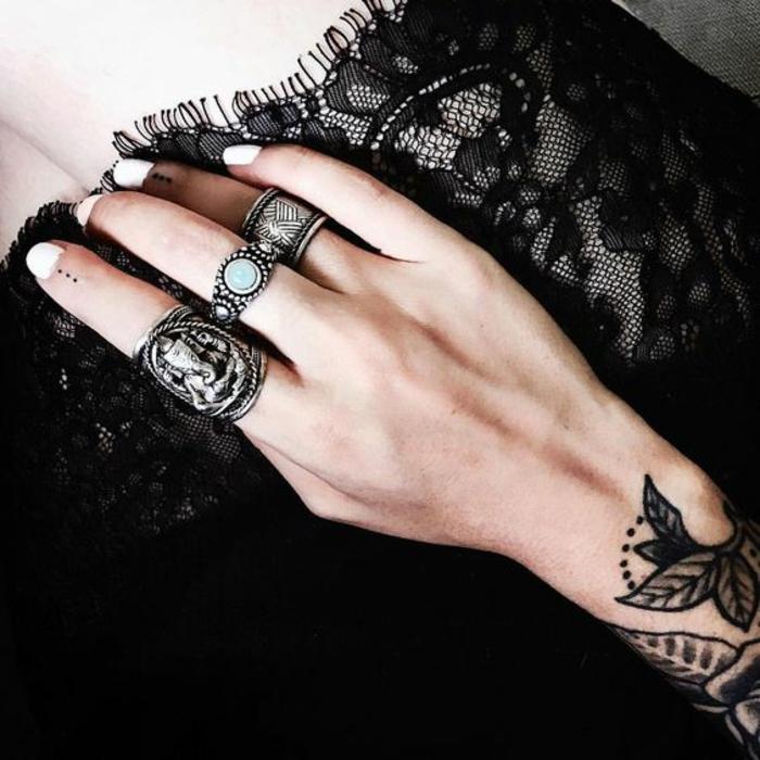 un tatouage main féminin et subtil, un tatouage pointillé