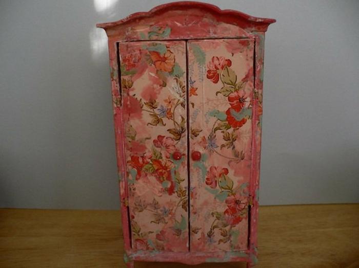 relooker un meuble, idée comment customiser un meuble, technique découpage, motifs floraux, armoire ancienne shabby chic