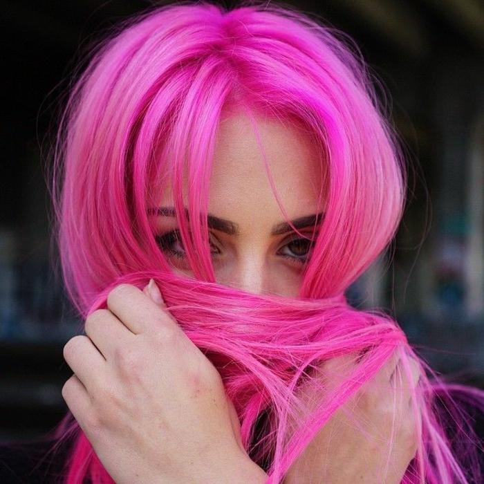 couleur flashy, cheveux en rose foncé, maquillage naturel, teinture rose