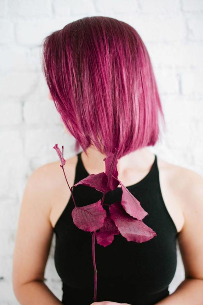 cheveux rose foncé, coupe carrée pour cheveux raides, débardeur noir, teinture rose