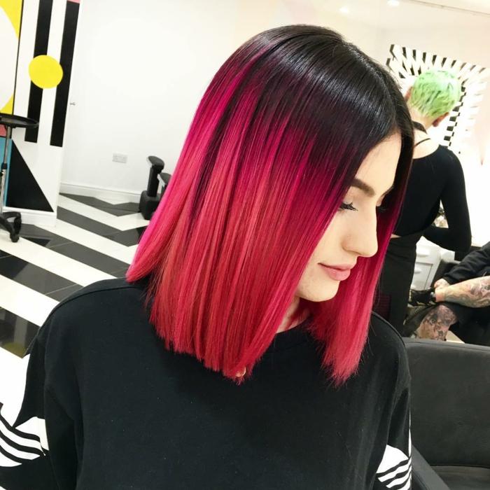 couleur flashy, blouse noire, maquillage naturel, cheveux noires avec effet ombré rose