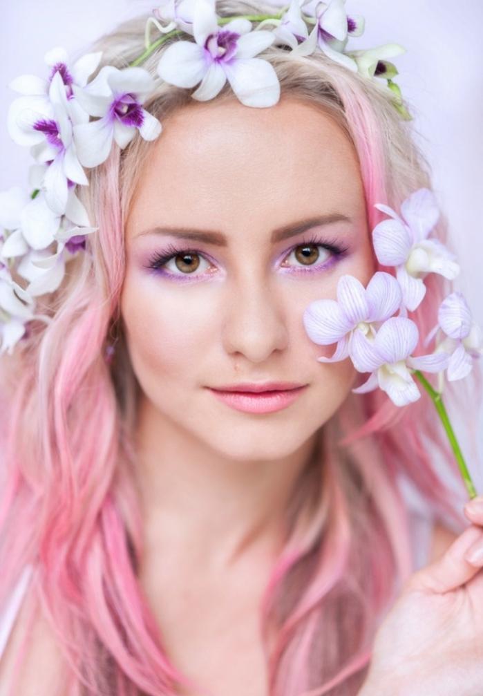 cheveux blond rose, coiffure mi-long avec mèches rose pastel, couronne en fleurs, maquillage violette