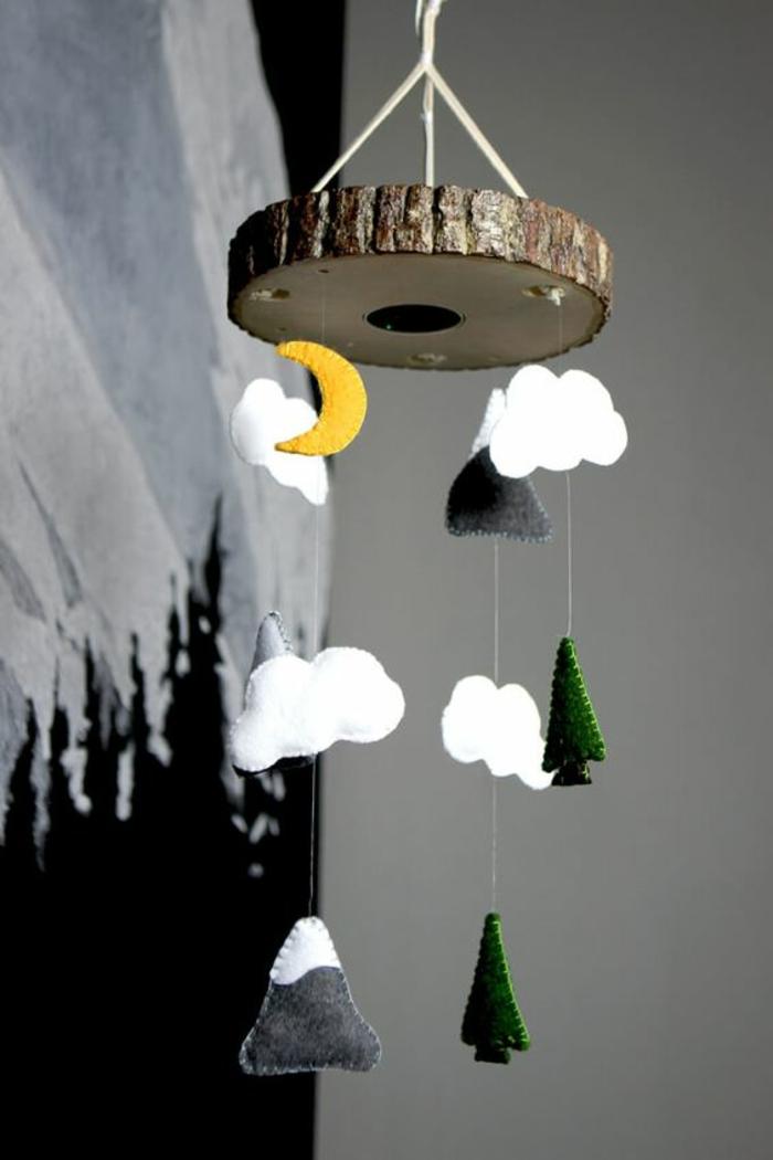 idée originale pour un mobile bébé avec caméra intégrée, décoration chambre bébé thème montagne