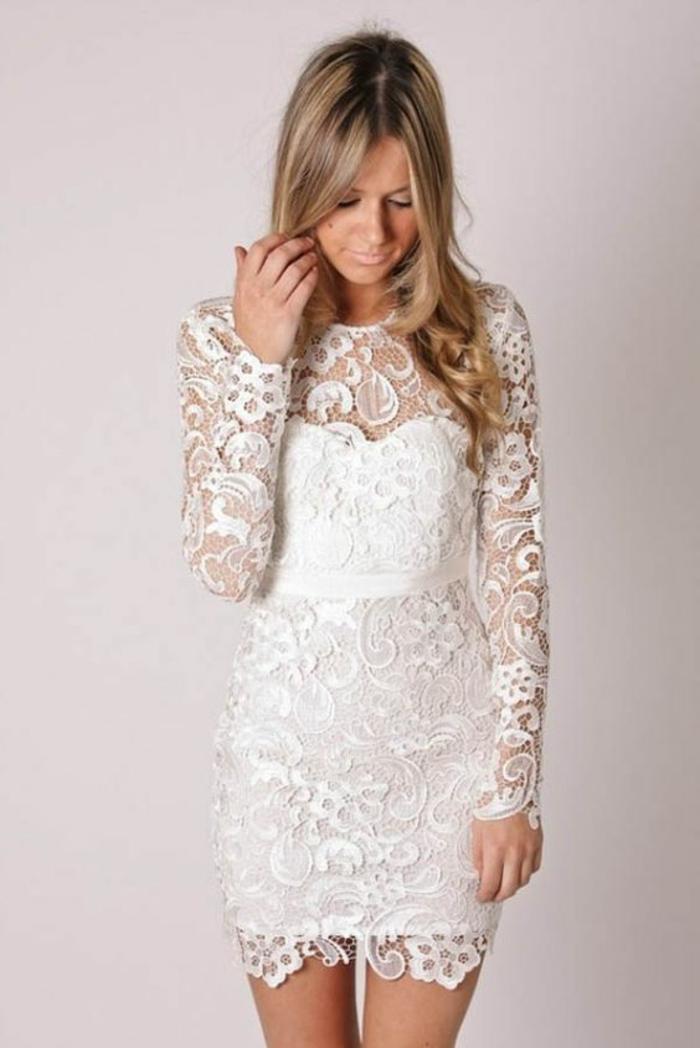 une robe de mariée courte dentelle à manches longues, robe blanche ajustée