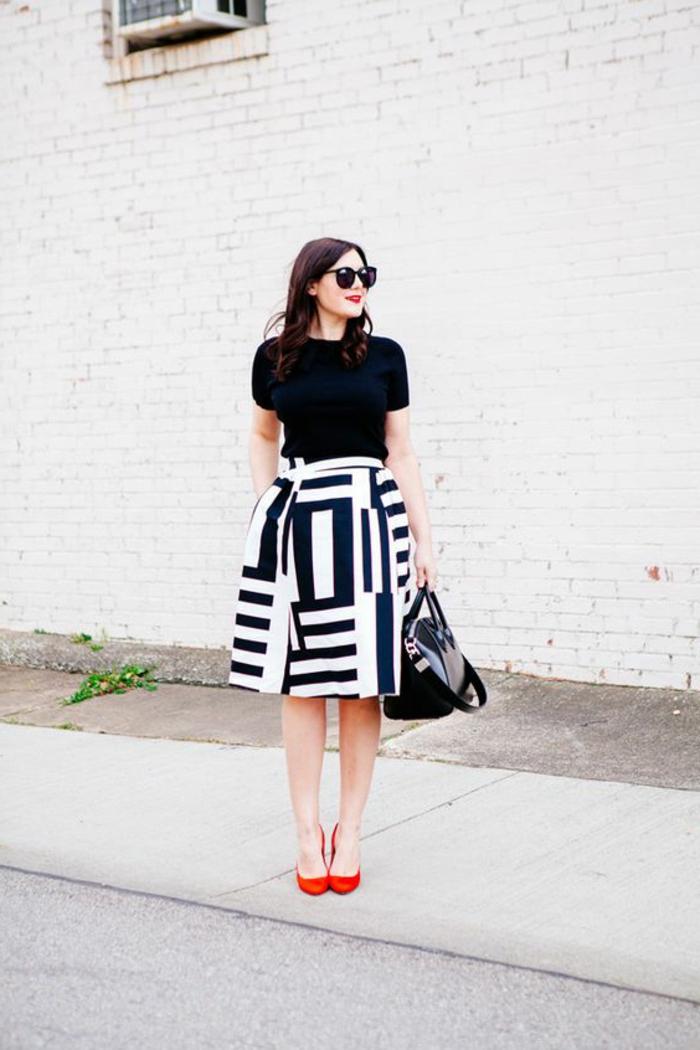 tenue chic détail choc avec jupe fortement évasée ux motifs géométriques en noir et blanc