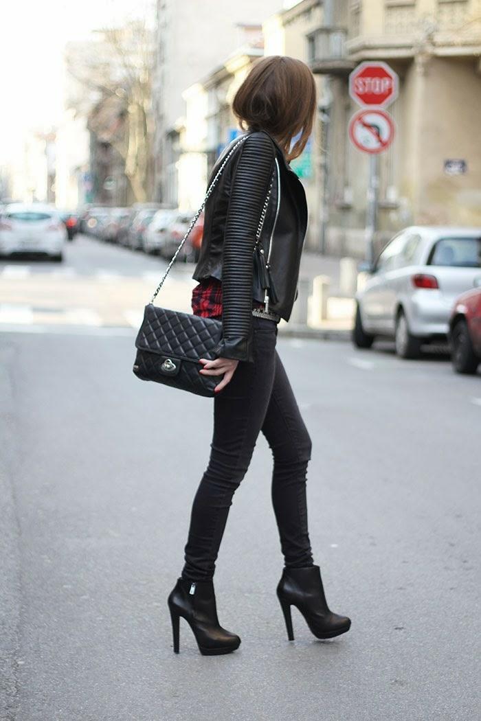 vetement noir, bottines à talons, sac à main en cuir, manucure rouge, chemise carrée en rouge et noir